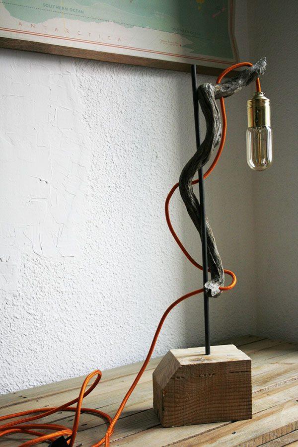 Lámpara orgánica realizada con taco de palets, acero y madera | By Cousiñas